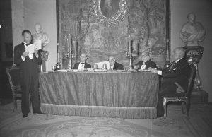 Luis Moya Blanco leyendo discurso